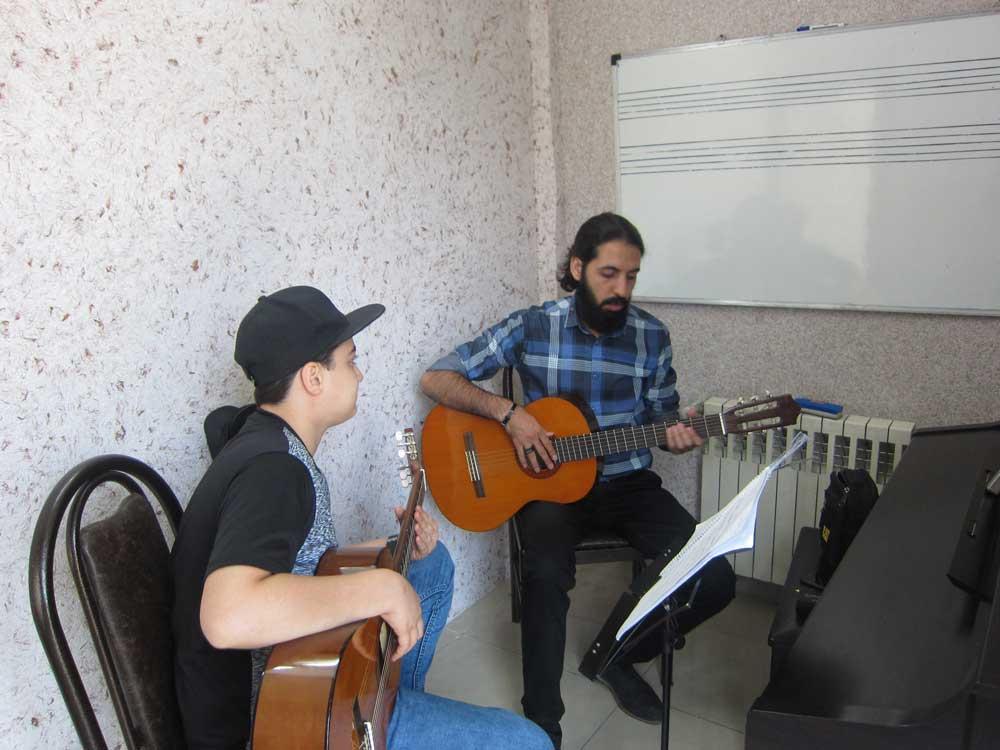 کلاس گیتار کلاسیک آموزشگاه موسیقی پارسه